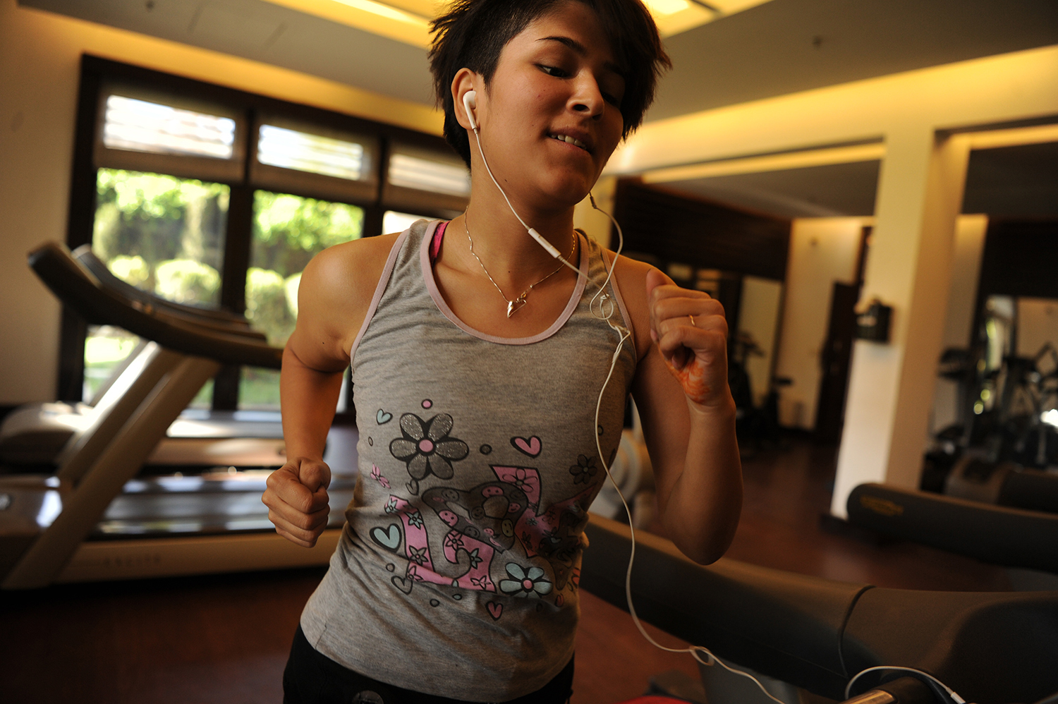 22-year-old Mubareka Sahar Fetrat exercises in a hotel gym in Kabul, Afghanistan, March 28, 2018.  Mubareka Sahar Fetrat is a feminist activist born in Afghanistan and she lived in Iran and Pakistan as a young refugee along with her family during the Taliban regime. She and her family returned to Kabul in late 2006 when she was 10 and Fetrat encountered feminist activism during her teenage years there. © Farzana Wahidy